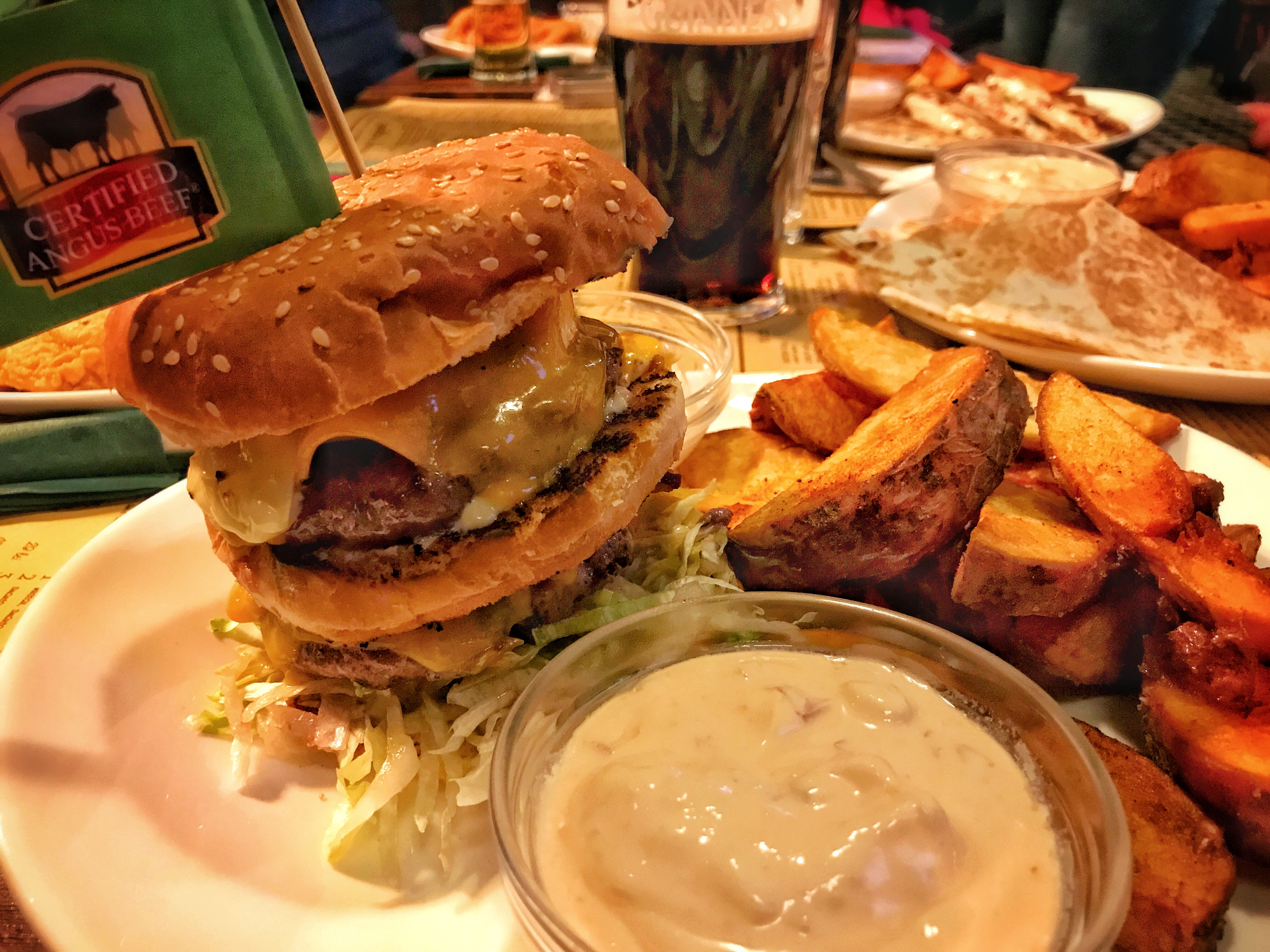 Burgerul Primus. Black Angus. Cu TNR-ul la masă